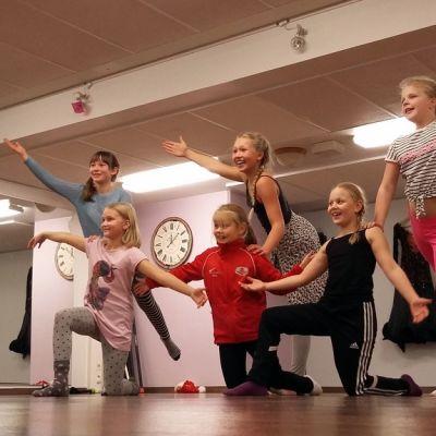 Tanssiryhmä Joy harjoittelee