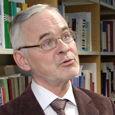 Helsingin yliopiston siviilioikeuden professori Urpo Kangas.
