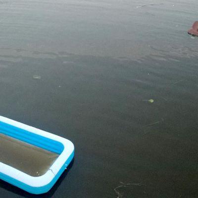 uima-allas ja sohva joessa
