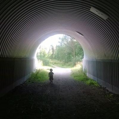 Pieni lapsi tunnelissa