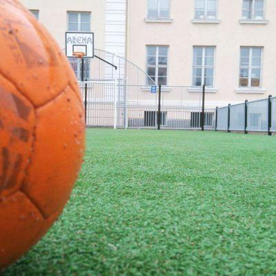 Pallo kentällä.