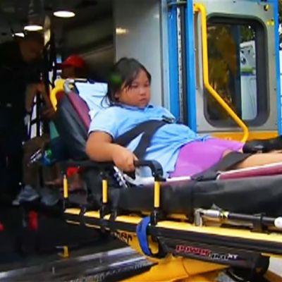 Lasta siirretään ambulanssiin.