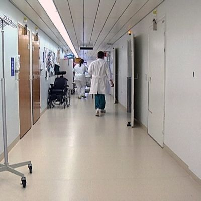 Lääkäri ja hoitaja kävelevät Kymenlaakson keskussairaalan käytävällä