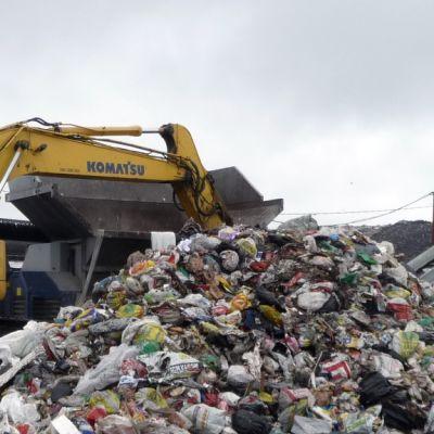 Murskattavaksi ja seulottavaksi meneviä jätteitä Kuopion jätekeskuksella.