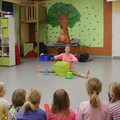 Tanssiteatteri Raatikko esitti Tam Tam tanssin taikaa -esityksen päiväkodissa Savitaipaleella.