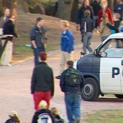 Poliisi partioi puistossa