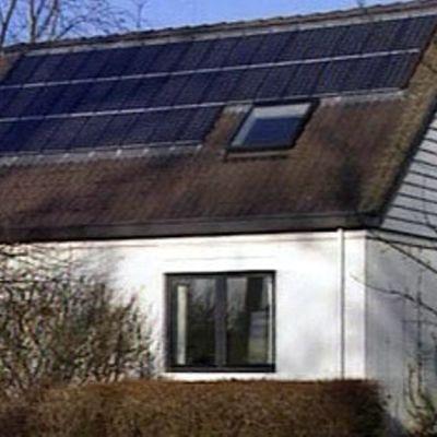 Aurinkopaneeleja talon katolla.