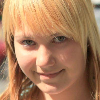 Kiteeläinen laulaja Oona Harinen.