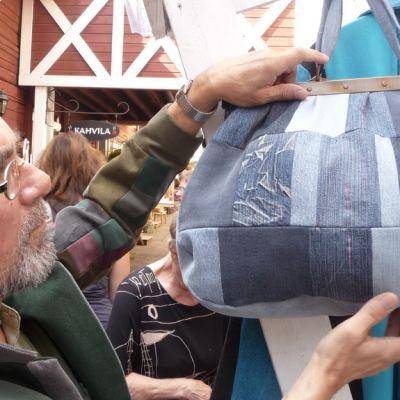 Juha Granström tekee farkkukankaasta myös käsilaukkuja.