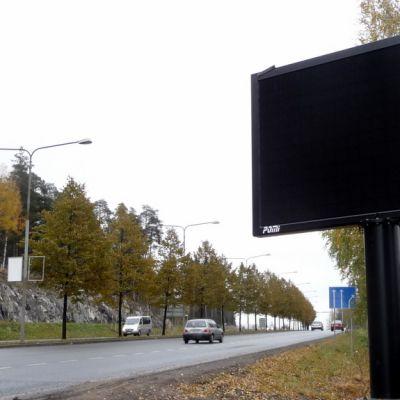 Ulkomainostaulu Kuopiossa Tasavallankadun varrella.