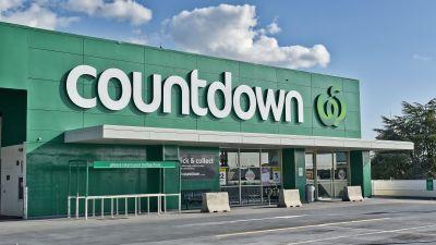 """En mataffär med namnet Countdown i Auckland, Nya Zeeland. Ovanom huvudingången syns logon, vilket består av texten """"Countdown"""" och ett äpple. Affärens väggar är gröna."""