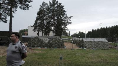 Militärtält på den litauiska sidan av gränsen mot Belarus.