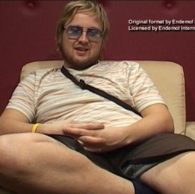 Big Brother -sarjasta tuttu Kaki istuu sohvalla.