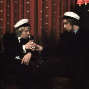Lakkiaisissa Niilo oppii juomaan. Matti Poskiparta ja Esa Pakarinen Junior elokuvassa Niilon oppivuodet (1971)