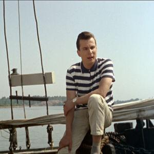 Reijo Taipale laulaa Satumaa-tangoa laivan kannella elokuvassa Lauantaileikit (1963)