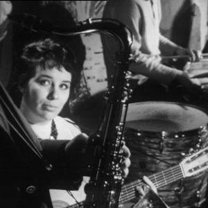 Laila Kinnunen soittaa kitaraa  Old House Jazz Clubissa tv-filmissä Jazzia vanhassa talossa (1961).