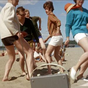Yyterin twist soi Helsingin Hietarannassa elokuvassa Lauantaileikit (1963)