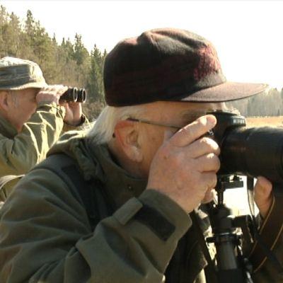 Stig Holmberg med kikare och Bjarne Backman med kamera