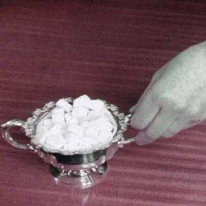 Sokeripaloja kahvipöydässä.
