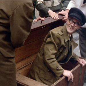 Four Cats on salakuljettanut kipparin (Smerts Siren) vaimolta salaa ravintolaan merimiesarkussa elokuvassa Lauantaileikit (1963)