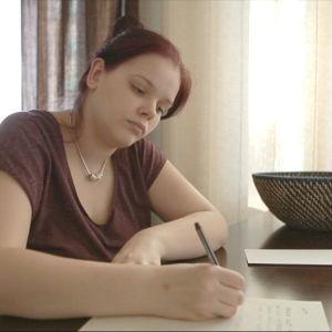 Tuhkimotarinoiden Jennin tytär Jeena kirjoittaa kirjettä