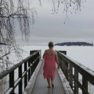 Nainen kävelee laiturilla Vaskiniemessä