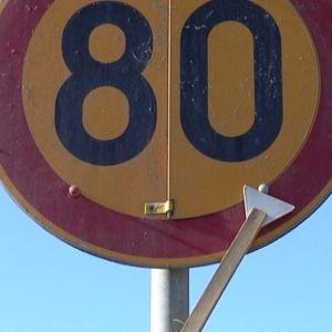En skylt som visar hastighetsbegränsningen 80 km/h.