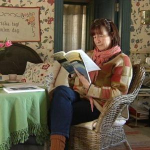 Doktorand Helena Palmén sitter i sitt kök och läser ur sin avhandling Identitet i samspråk