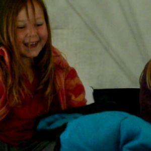 Bea Turku och Minea Nordström i tält