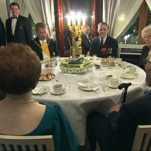 Krigsveteraner vid kaffebordet
