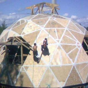 En geodetisk kupol, det vill säga ett hus som är byggt i kupolform av triangelformade delar.
