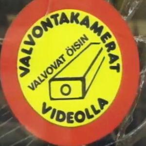 Rikottu näyteikkuna Oulun keskustassa nuorisomellakan jäljiltä, ikkunassa ilmoitus kameravalvonnasta.