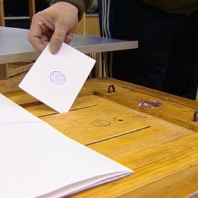 Valsedel sätts in i urnan