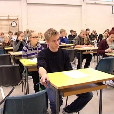 Studerande redo att skriva studentexamensprov.