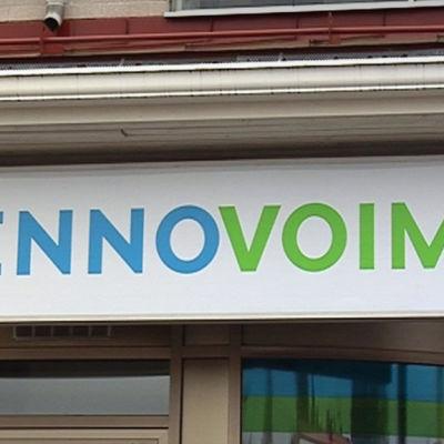 Fennovoimas logotyp på en skylt.