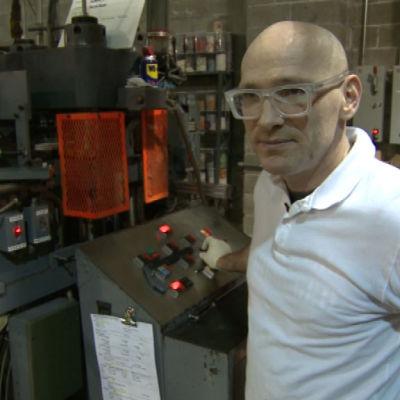 Thomas Bernich övervakar produktionen i fabriken.