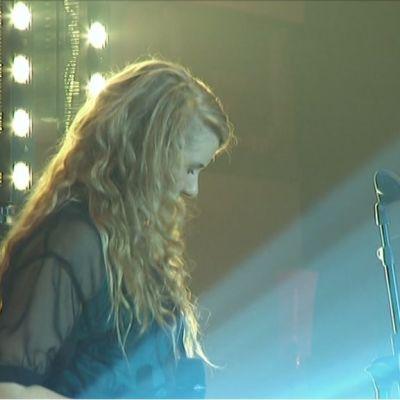 Tyttö lavalla.