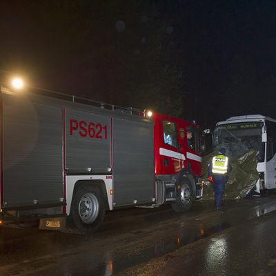 En personbil körde in i en buss i Rautavaara 26.10.2014.