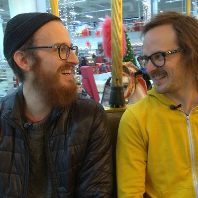 Petter Sandelin och Mathias Nystrand åker karusell i Tuuri