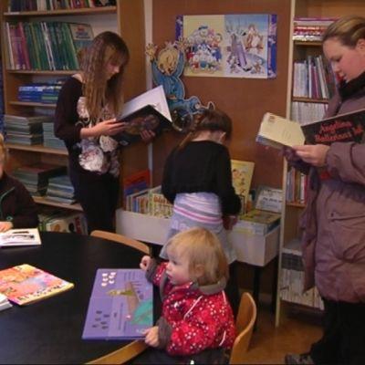 Biblioteksbesökare i Bromarvs filialbibliotek