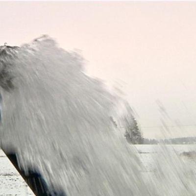 Vatten sprutar ur rör