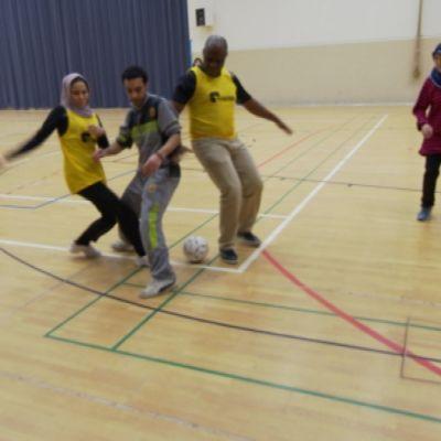 Invandrare spelar fotboll på Norrvalla.