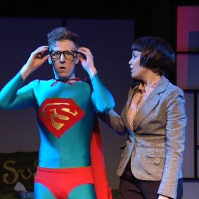 Teatergruppen Mestolas pjäs om den modersbundne komikern Felix Liv.