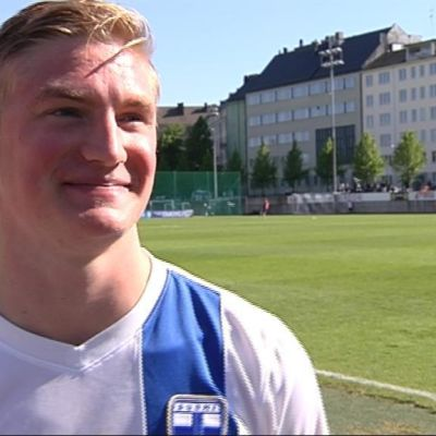 Richard Jensen representerar Finland i fotboll.