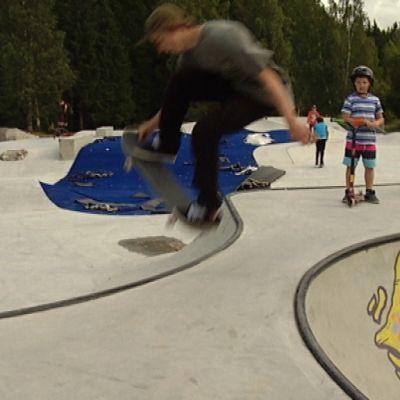 Benjamin Blom trixar i Borgås nya skejtpark