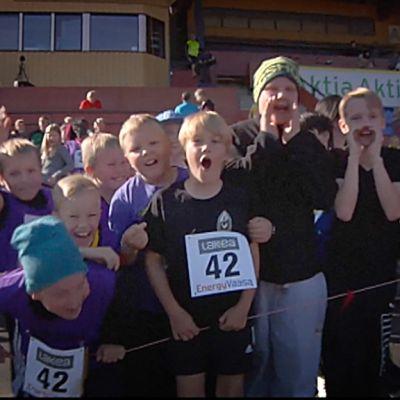 Glada barn på finska skolstafettkarnevalen i Vasa.