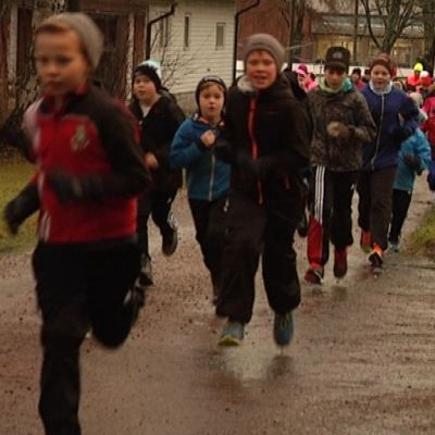 En lång rad med löpande barn