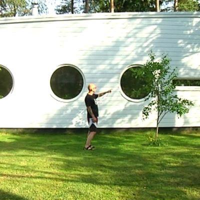 Arkitekten Marco Casagrande förevisar sitt hus Apelle i Karis.
