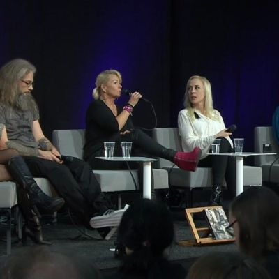 Sofi Oksanen, Elina Järvi, Tiina Hotti, Marko Annala ja Henna keskustelevat Hensingin kirjamessuilla 2016