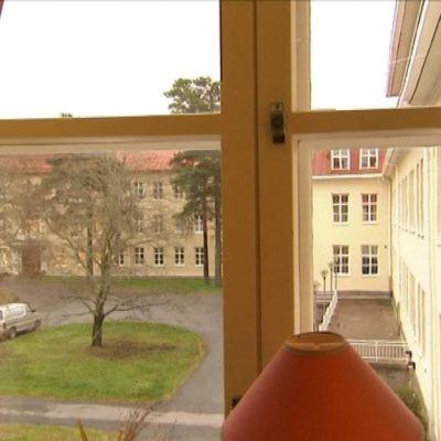 På den psykiatriska enheten vid Roparnäs i Vasa har man under året stängt ett par avdelningar.